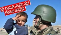 Mehmetçik Resulayn'da Çocukları Sevindiriyor